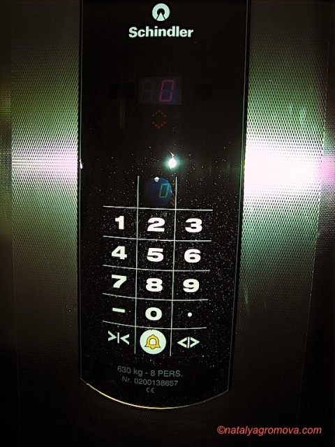 В лифте отеля