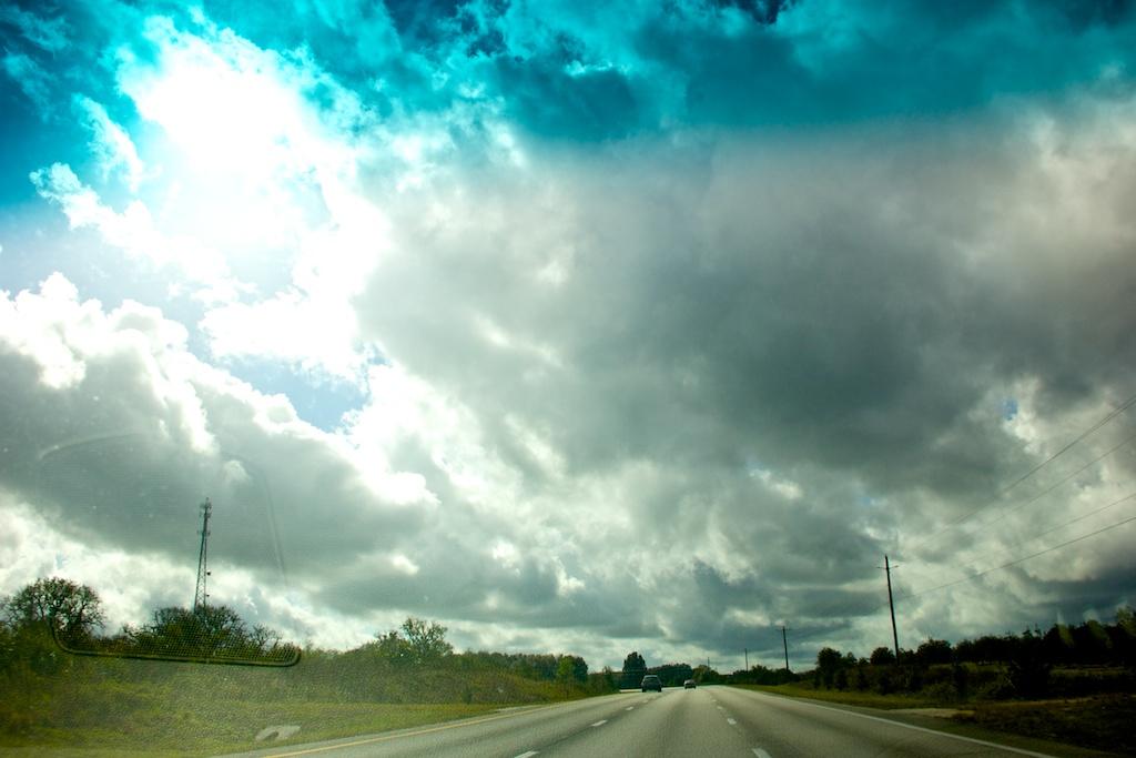 Флорида. Облака над дорогой